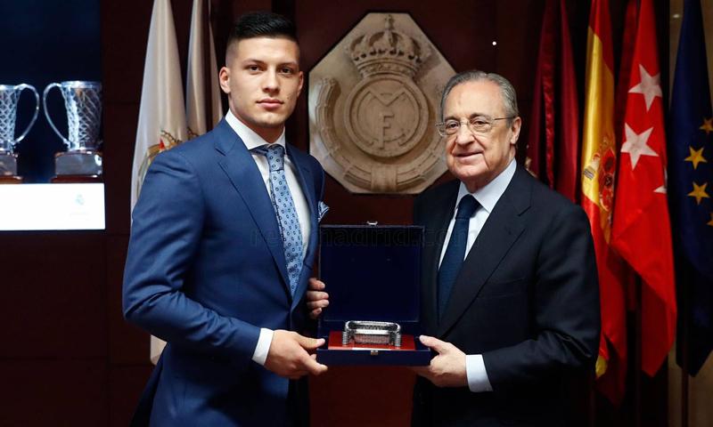 رئيس نادي ريال مدريد فلورنتينو بيريز يقدم مهاجم النادي الجديد لوكا يوفيتش (موقع ريال مدريد الرسمي)