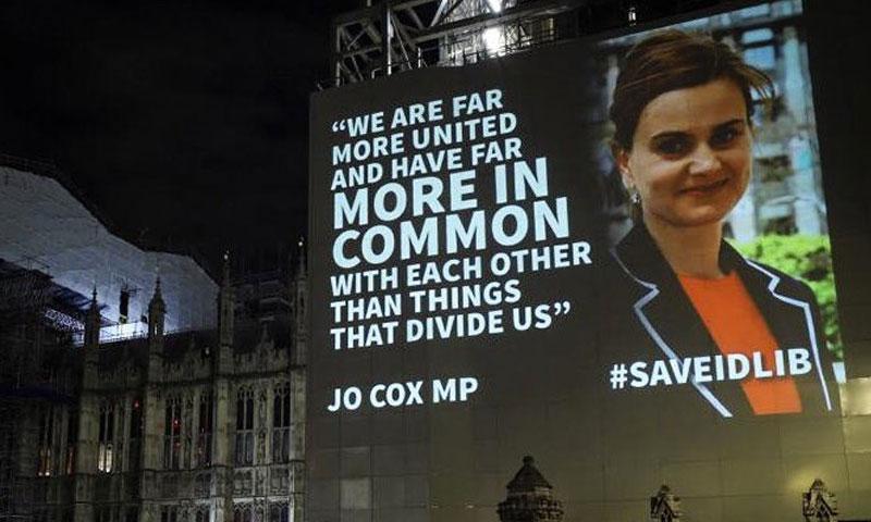 إسقاطات ضوئية على مبنى البرلمان في بريطانيا ضمت اقتباسًا من جو كوكس - 15 حزيران 2019 (HelpRefugees)