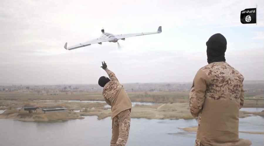 """مقاتلون من تنظيم """"الدولة"""" يطلقون طائرة من دون طيار في شمالي العراق (إصدار لتنظيم """"الدولة)"""