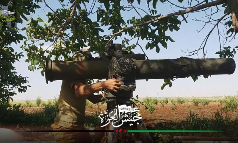 عنصر من فصيل جيش العزة يرمي صاروخ تاو على دبابة لقوات الأسد - 2017 (جيش العزة)