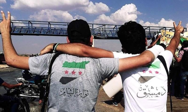 الناشط عمر الدمشقي في مظاهرة في محافظة إدلب شمال غرب سوريا (عمر الدمشقي فيس بوك)
