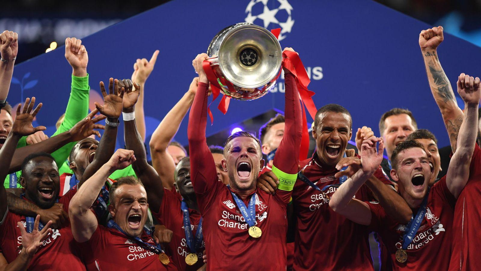 هاندرسون كابتن فريق ليفربول يرفع كأس دوري أبطال أوروبا 2حزيران 2019 (سكاي نيوز)