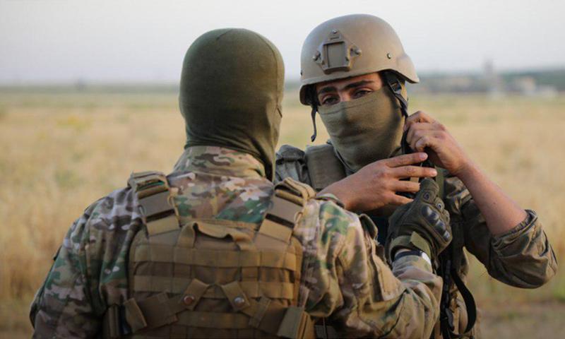 عنصر من هيئة تحرير الشام على جبهات الريف الشمالي لحماة - أيار 2019 (وكالة إباء)