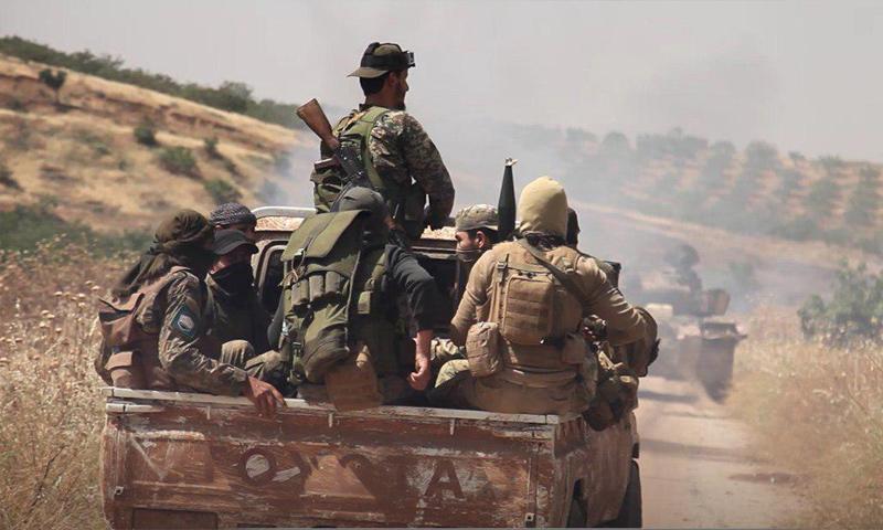 عناصر من هيئة تحرير الشام في أثناء معارك ريف حماة الشمالي - 8 من حزيران 2019 (وكالة إباء)