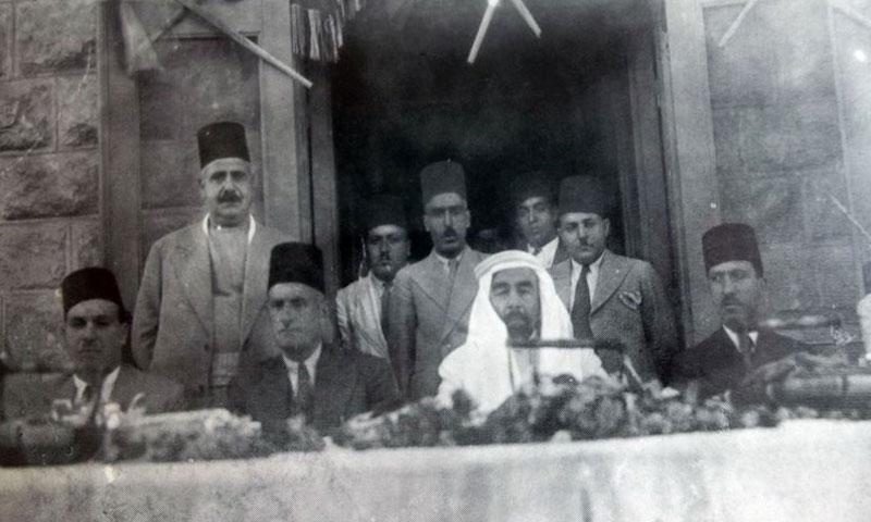 الدكتور عبد الرحمن الشهبندر ونصوح بابيل مع عبد الله بن الحسين ملك الأردن في عمان عام 1934 (موقع التاريخ السوري)