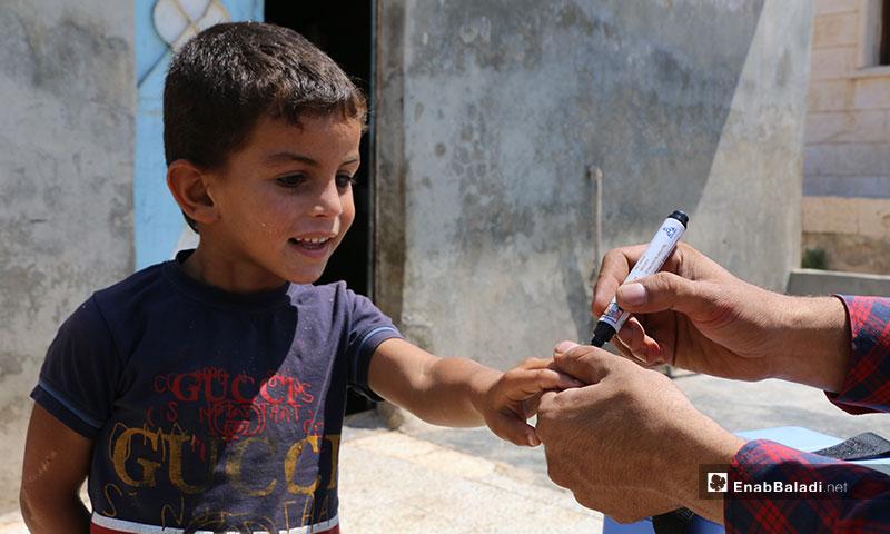 حملة تلقيح فموي ضد شلل الأطفال في أخترين بريف حلب - 16 من تموز 2019 (عنب بلدي)