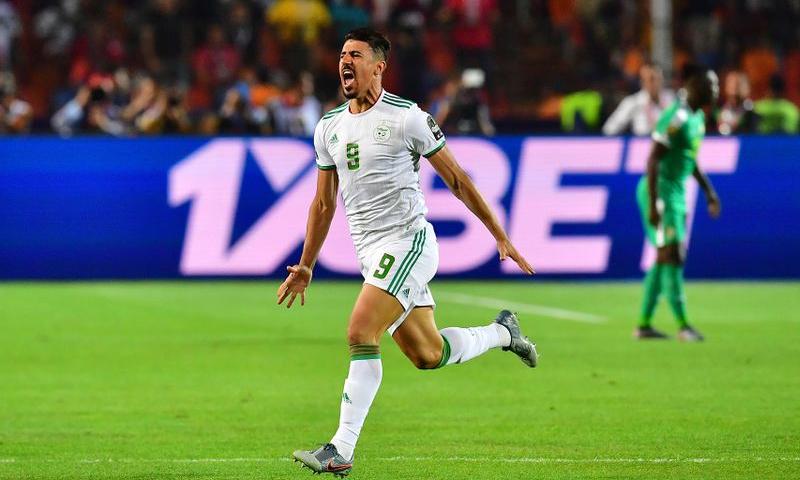 المهاجم الجزائري بغداد بونجاح يحتفل بهدفه في شباك السنغال في المواجهة النهائية من كأس أمم إفريقيا (SKY SPORT)