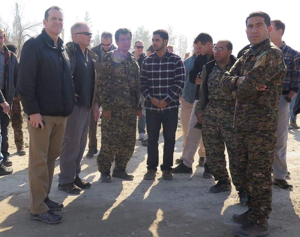 شاهين جيلو برفقة مسؤولين أمريكيين في محيط مدينة الرقة (قوات سوريا الديمقراطية)