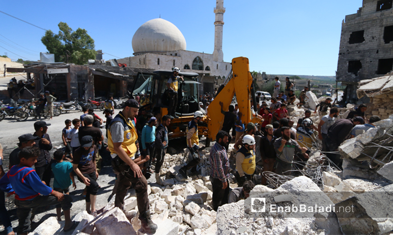فرق الدفاع المدني أثناء انتشال المدنيين من تحت أنقاض المنازل السكنية الت تعرضت لقصف جوي روسي في بلدة أورم الجوز بريف إدلب الجنوبي 21 تموز 2019 (عنب بلدي)