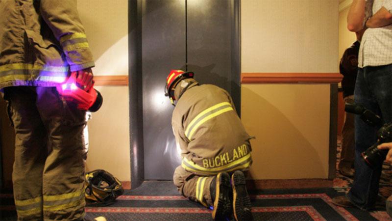 عامل إنقاذ يحاول فتح باب مصعد عالق (SURVIVAL KIT)