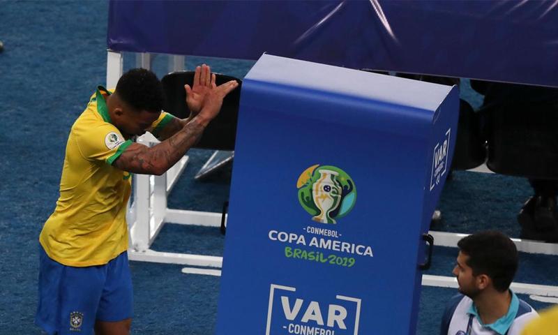 لاعب المنتخب البرازيلي غابريل جيسوس يخرج مطرودًا في مباراة كوبا أمريكا النهائية أمام البيرو (AFP)