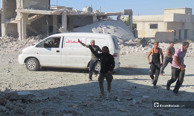 انقاذ المدنيين من تحت الأنقاض نتيجة قصف  معرتحرمة بغارات جوية روسية في إدلب - 2 من تموز 2019 (عنب بلدي)