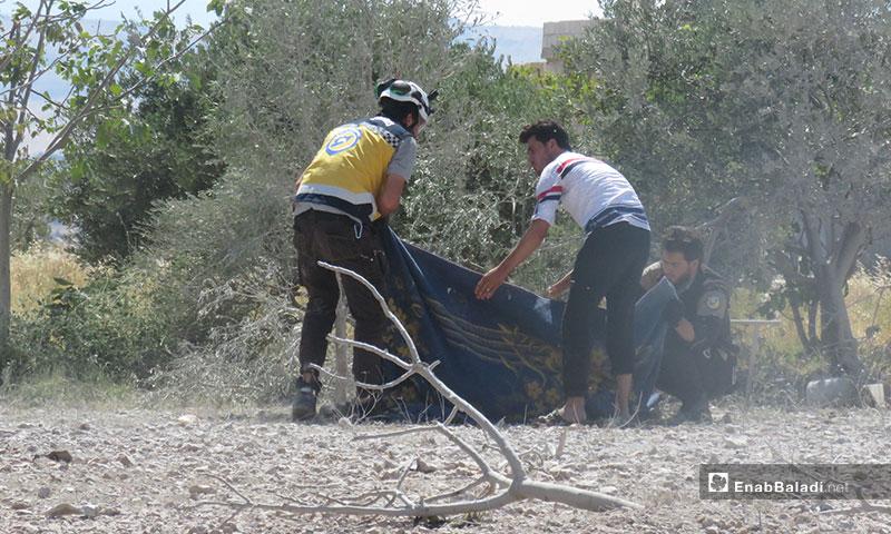 اسعاف المدنيين بعد قصف الطيران الحربي لبلدة معرتحرمة جنوبي إدلب - 10 من تموز 2019 (عنب بلدي)