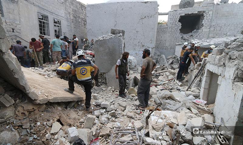 الدفاع المدني يقوم بانتشال الضحايا من تحت الأنقاض نتيجة القصف الجوي على أريحا جنوبي إدلب - 12 من تموز 2019 (عنب بلدي)
