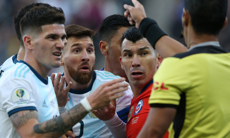طرد ليونيل ميسي في لقاء تشيلي (FIFA)