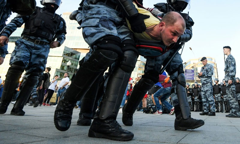 اعتقال المتظاهرين في موسكو - 27 تموز 2019 (AFP)
