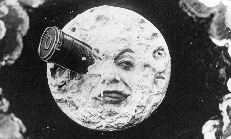 ارتطام الكبسولة التي تحمل علماء الفلك بوجه القمر - 1902 (رحلة إلى القمر)