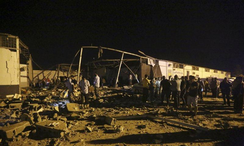 عمال الإغاثة يسترجعون جثث القتلى في الغارة الجوية على مركز احتجاز المهاجرين في طرابلس - 3 تموز 2019 (AP)