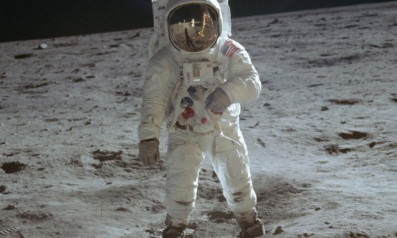 رائد الفضاء بز آلدرين وهو يسير على القمر ملتقطة من قبل نيل أرمسترونغ - 20 تموز 1969 (ناسا)