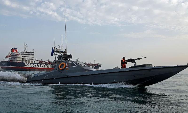 قارب تابع للحرس الثوري الإيراني يبحر قرب ناقلة النفط البريطانية ستينا إمبيرو عند مرفأ بندر عباس - 21 تموز 2019 (رويترز)