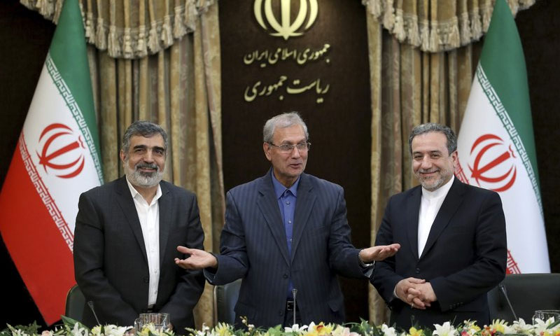 المتحدث باسم وكالة الطاقة الذرية الإيرانية بهروز كمالوندي والمتحدث باسم الحكومة الإيرانية علي ربيعي ونائب وزير الخارجية الإيراني عباس عراقجي في مؤتمر صحفي في طهران - 7 تموز 2019 (AP)