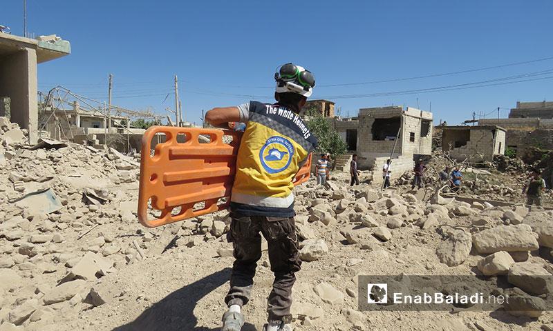 فرق الدفاع المدني أثناء انتشال المدنيين من تحت أنقاض المنازل السكنية الت تعرضت لقصف جوي روسي في بلدة جبالا  بريف إدلب الجنوبي 21 تموز 2019 (عنب بلدي)