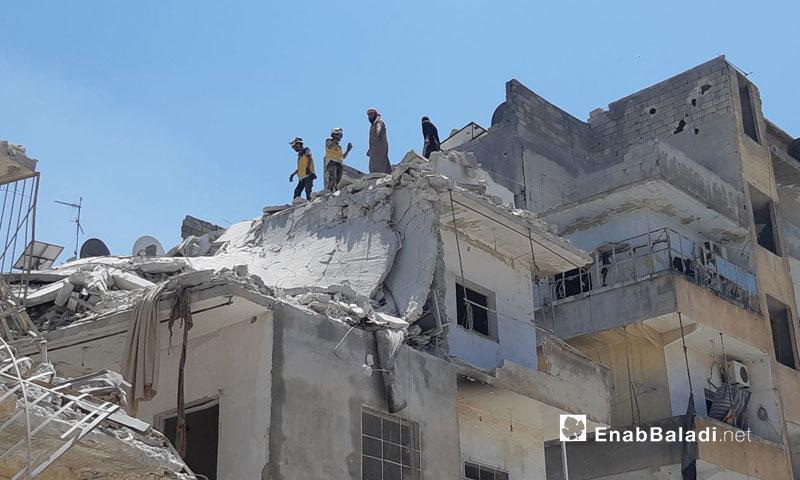 فرق الدفاع المدني تعمل على انتشال الضحايا والجرحى في الأحياء السكنية التي طالتها غارات روسية في مدينة أريحا جنوبي إدلب 27 تموز 2019 (عنب بلدي)