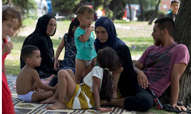 عائلة سورية تعيش في حديقة في مدريد (إل بايس)