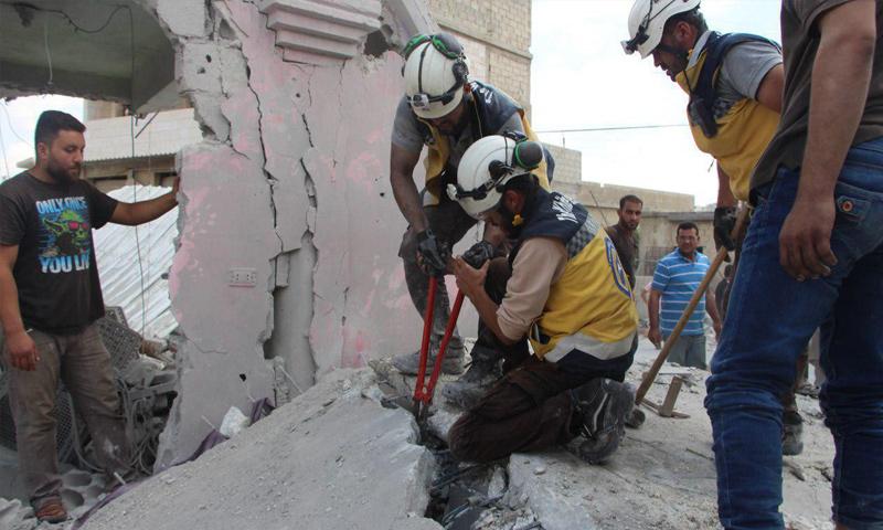 عناصر من الدفاع المدني يعملون على انتشال ضحايا القصف الجوي على معرشورين بريف إدلب - 16 من تموز 2019 (الدفاع المدني)