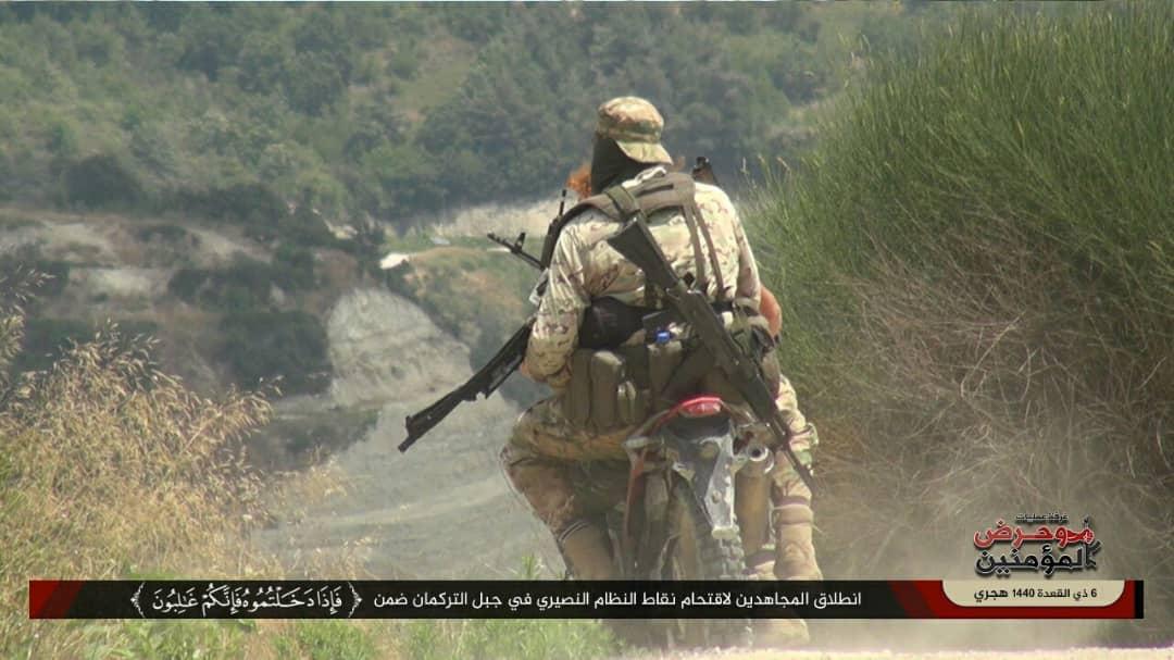 عناصر من تنظيم حراس الدين في أثناء العملية العسكرية بجبل التركمان في ريف اللاذقية - (غرفة عمليات وحرض المؤمنين)