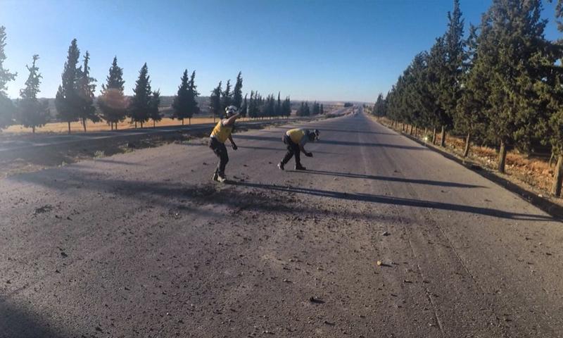 فرق من الدفاع المدني تتفقد طريقًا قصفته طائرات النظام في ريف إدلب - 15 من تموز 2019 (الدفاع المدني)