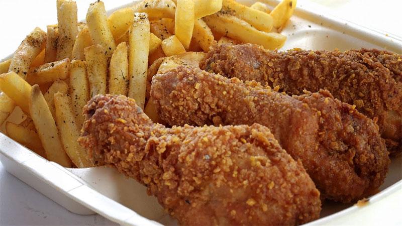 تنتشر وجبات الدجاج المقلي بين السوريين (إنترنت)