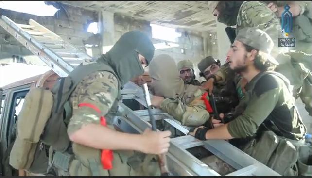 عناصر من هيئة تحرير الشام في أثناء توجههم إلى الحماميات في ريف حماة الشمالي - 10 من تموز 2019 (وكالة إباء)