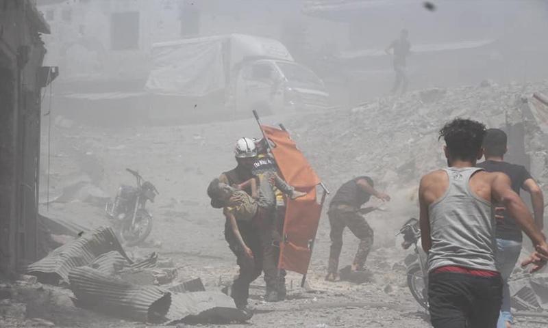 فرق الدفاع المدني تجلي ضحايا القصف الجوي على مدينة جسر الشغور في ريف إدلب- 11 من تموز 2019 (الدفاع المدني)