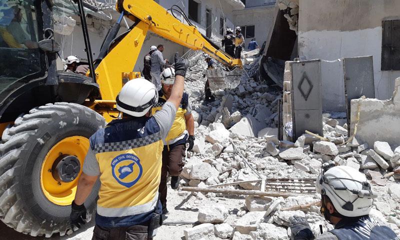 الدفاع المدني السوري يزيل الأنقاض والردم الناتج عن قصف الطيران الحربي في إدلب- تموز 2019 (الدفاع المدني)