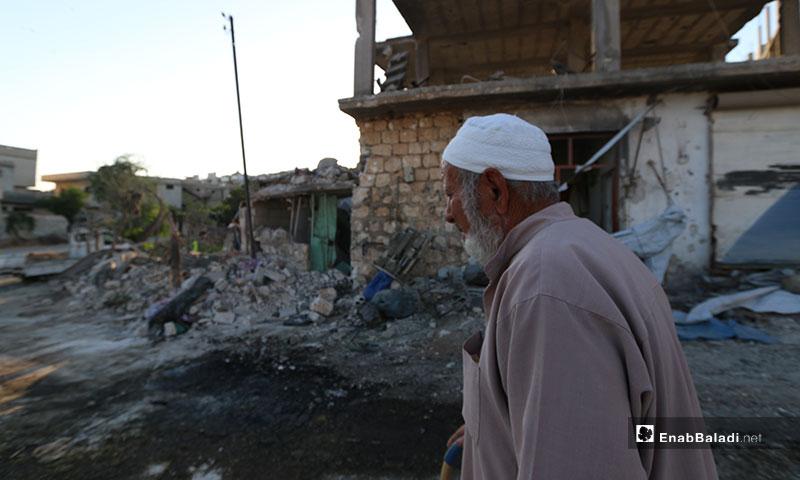 رجل يتفد منزله بعد قصف طيران النظام على بلدة محمبل غربي إدلب - 6 من تموز 2019 (عنب بلدي)