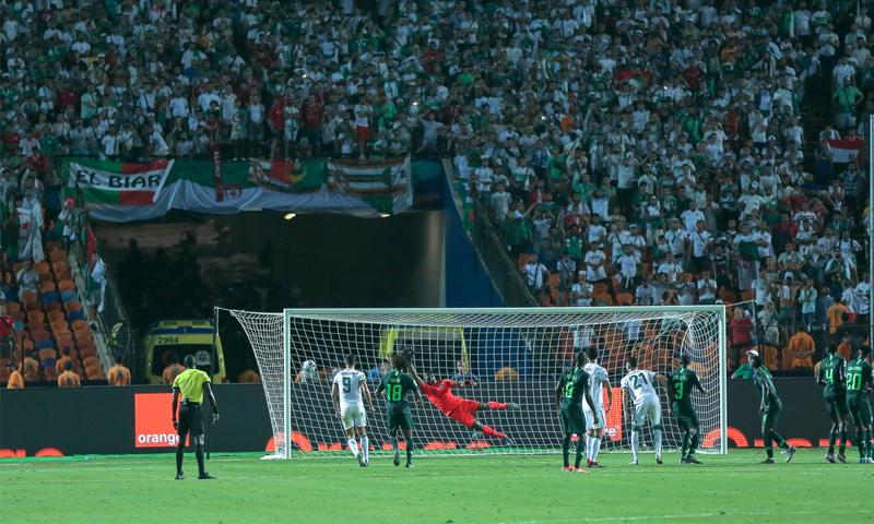 لقطة هدف رياض محرز الذي تأهلت فيه الجزائر إلى نهائي أم إفريقيا على حساب نيجريا (CAF)