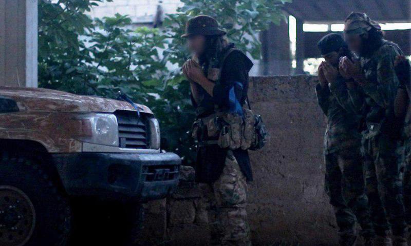عناصر من هيئة تحرير الشام قبل اقتحام بلدة الحماميات وتلتها في ريف حماة الشمالي - 10 من تموز 2019 (وكالة إباء)