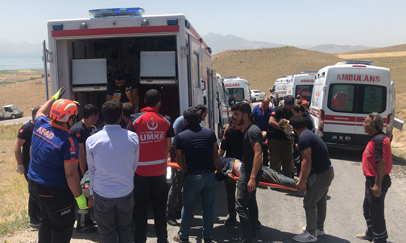 إجلاء جرحى وضحايا لمهاجرين غير شرعيين جراء حادث سير في ولاية وان شرقي تركيا (الأناضول)