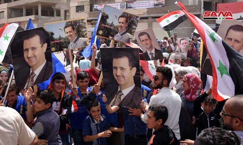 مسيرة للنظام السوري في الرستن بريف حمص في الذكرى الأولى للسيطرة عليها - 17 من تموز 2019 (سانا)