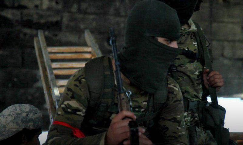 مقاتل من هيئة تحرير الشام في أثناء استعداده للدخول إلى تل الحماميات بريف حماة - 10 من تموز 2019 (وكالة إباء)