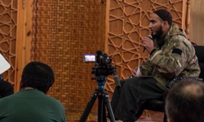 طلحة الميسر أبو شعيب المصري خلال مناظرة في معبر باب الهوى الحدودي - (انترنت)
