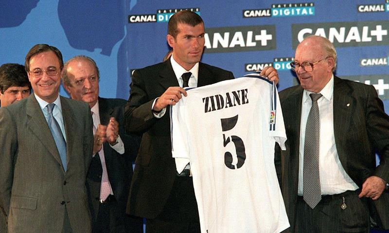 النجم الفرنسي زين الدين زيدان خلال تقديمه مع نادي ريال مدريد-تموز 2001 (ph: RICARDO GUTIÉRREZ)