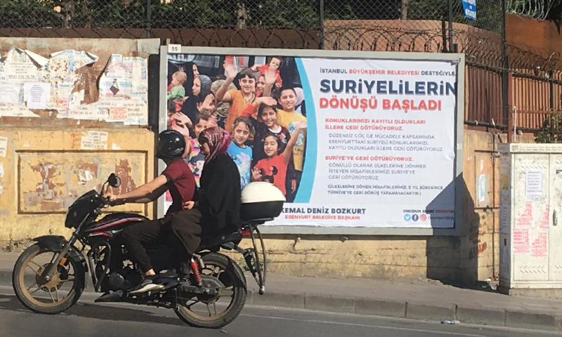 لافتة في ميدان إسنيورت في إسطنبول - 9 آب 2019 (تصوير:ديما شلار)