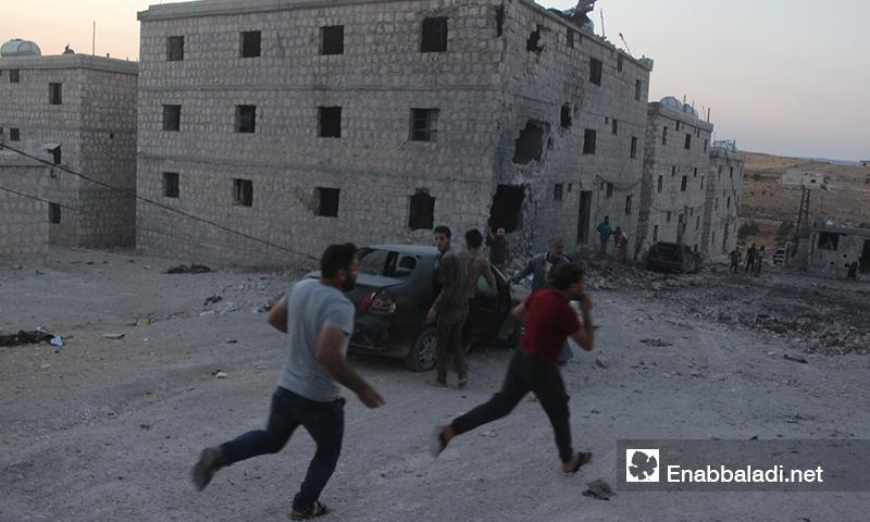 انتشال مدنيين من تحت أنقاض المنازل في تجمع للنازحين بعد تعرضهم لغارات روسية في بلدة حاس بريف إدلب الجنوبي- 16 من آب 2019 (عنب بلدي)