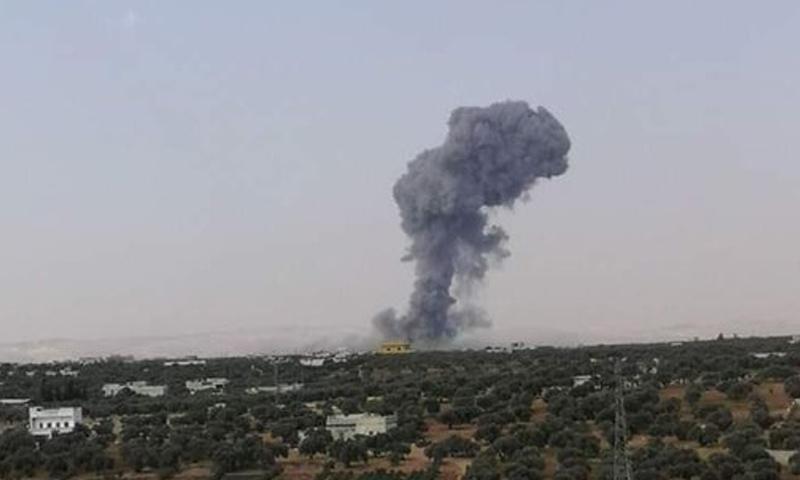 دخان متصاعد من موقع تعرض لقصف يعتقد أنه لطيران التحالف في ريف إدلب - 31 من آب 2019 (تويتر)