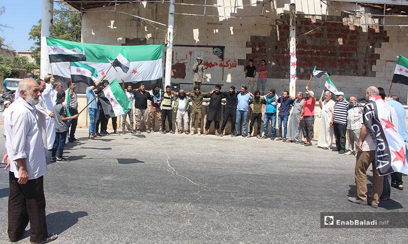 مظاهرة في إدلب تنديدًا بالمجازر المرتكبة بحق المدنيين - 23 من آب 2019 (عنب بلدي)