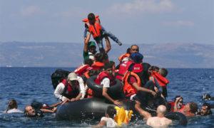 لاجئون في قارب غارق في طريق الهجرة إلى أوروبا - 2015 (رويترز)