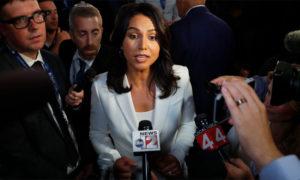 تولسي غوبارد مع المراسلين عقب المناظرة الرئاسية - 1 آب 2019 (Vice)