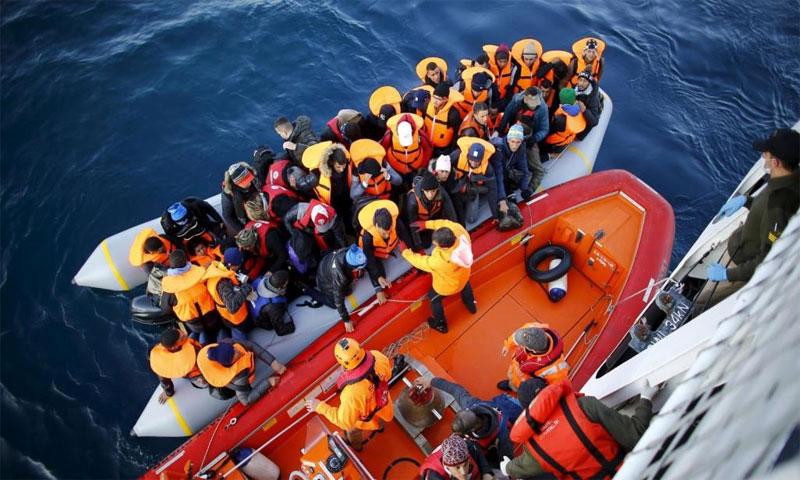 لاجئون يصعدون في مركب خفر السواحل التركي بعد تحطم قاربهم/5 من كانون الثاني 2019 (رويترز)